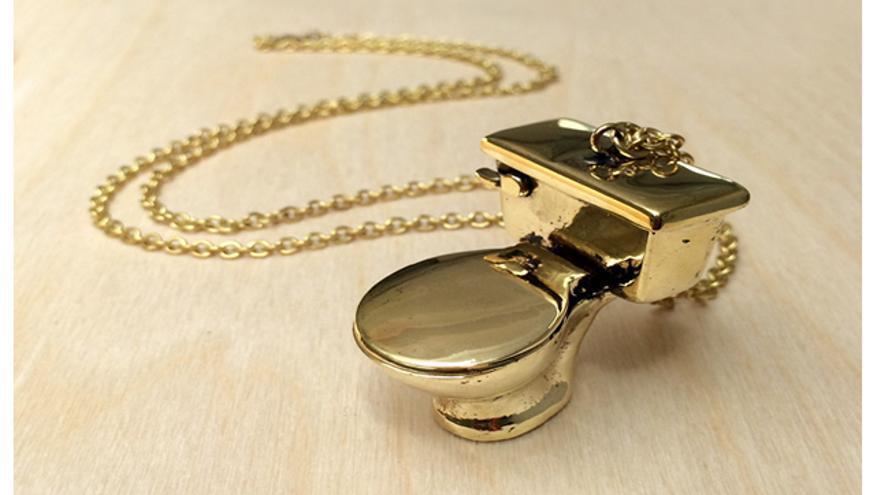 Toilet Brass Necklace, de Monserat de Lucca