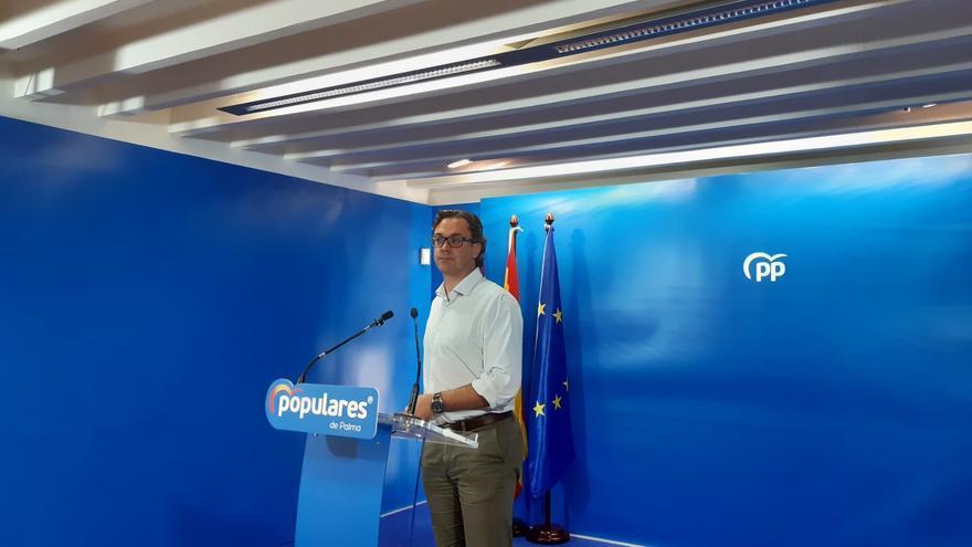 El diputado y portavoz del Grupo Parlamentario Popular, Toni Costa, en rueda de prensa.