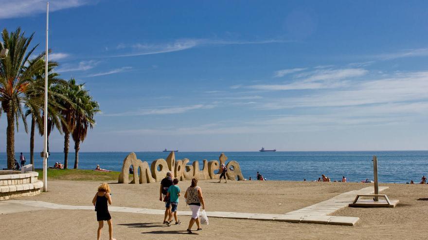 Playa de La Malagueta, la más concurrida de la capital malacitana.
