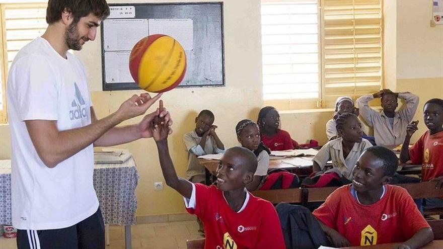 Imagen tomada el 15/05/2013 del base de la selección española y los Minnesota Timberwolves, de la NBA, Ricky Rubio, que bromea con unos escolares senegaleses en el colegio que patrocina en Dakar el proyecto Casa España. (EFE)