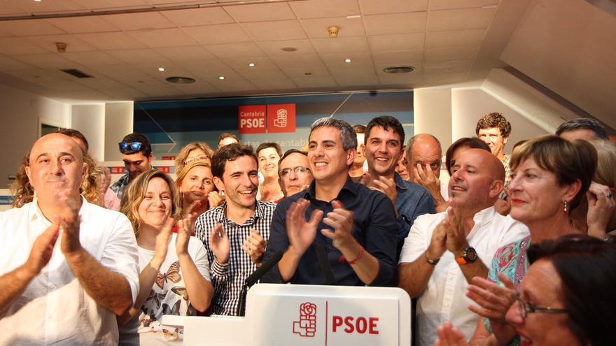 Zuloaga comparece acompañado de militantes del PSOE de Cantabria. | TWITTER