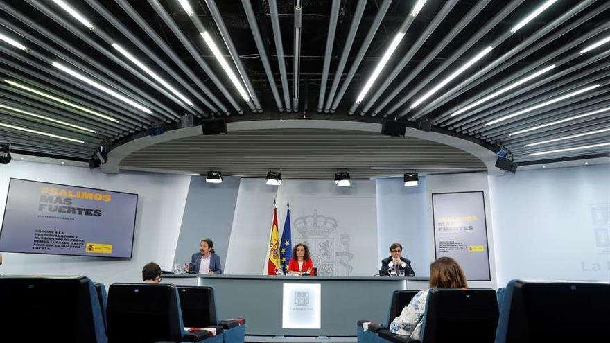 La portavoz del Gobierno, María Jesús Montero; el vicepresidente tercero del Ejecutivo, Pablo Iglesias, y el ministro de Sanidad, Salvador Illa