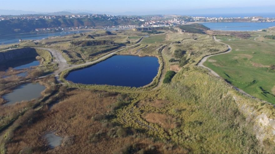 Imagen aérea de la antigua cantera de Solvay en Cuchía, donde se iba a ubicar este proyecto.   ARCHIVO