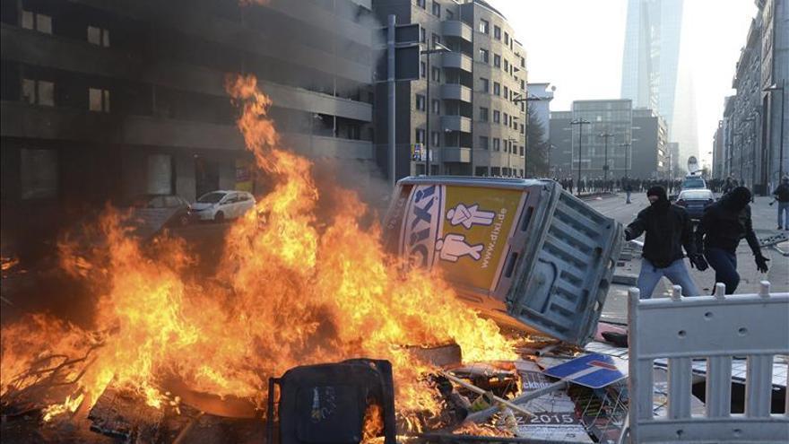 Violentos enfrentamientos en Fráncfort ante la inauguración de la sede del BCE. / Efe