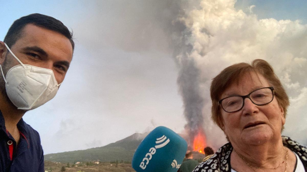Miguel Ángel Reyes y Marisol, una afectada por el volcán.