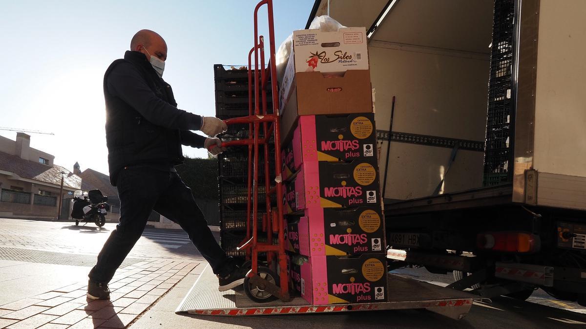 Un comerciante descarga su camión en Valladolid. EFE/R. GARCÍA/Archivo