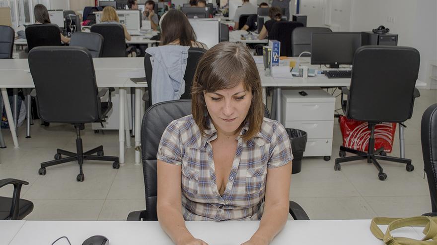"""Eva Belmonte, autora de """"El BOE nuestro de cada día"""" en la redacción de eldiario.es \ Foto: Alejandro Navarro"""
