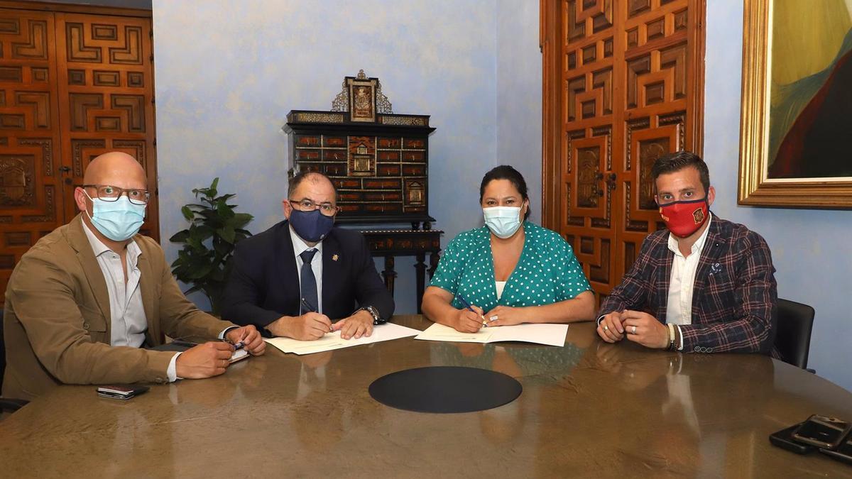 La presidenta del Instituto Provincial de Desarrollo Económico de la Diputación de Córdoba, Dolores Amo, en la firma con Fundecor.