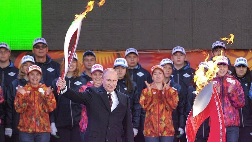 Vladimir Putin con la antorcha de Sochi 2014.