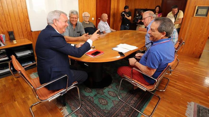 El consejero de Obras Públicas del Gobierno de Canarias, Sebastián Franquis, y el colectivo Foro El Roque Aldeano.