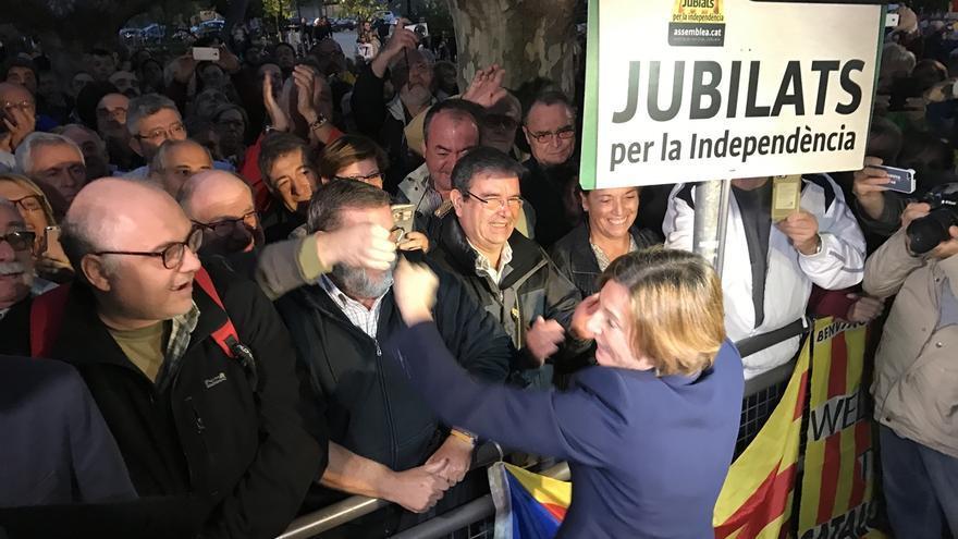 Entidades, partidos y ciudadanos se concentran ante el Parlament catalán en apoyo a Forcadell
