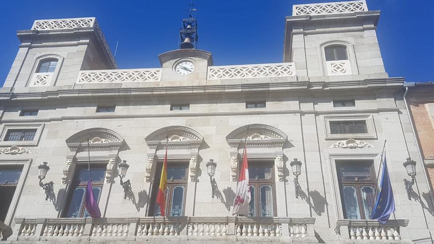 La fachada del Ayuntamiento de Ávila, con la bandera municipal a media asta.