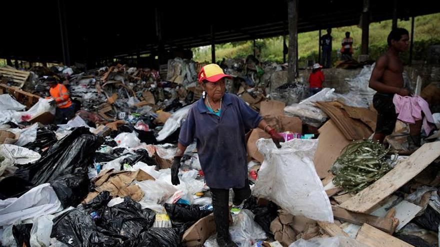 Miembros de la Cooperativa de Servicios de Reciclaje de Cerro Patacón recolectan este jueves, 26 de septiembre de 2019, plásticos y desechos de valor en una galera de reciclaje cerca al vertedero de Cerro Patacón, en Ciudad de Panamá (Panamá).