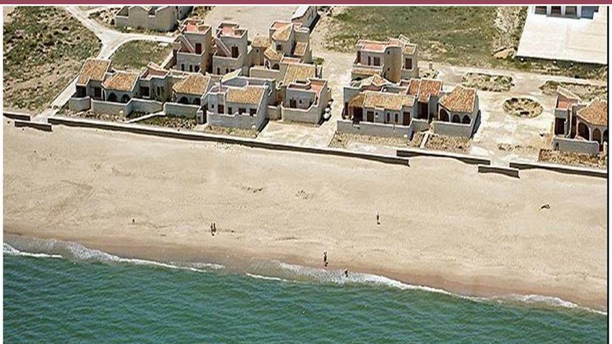 La imagen de la playa de la Garrofera del Saler en 1977 (arriba) y la misma zona marcada con flechas en 2010.