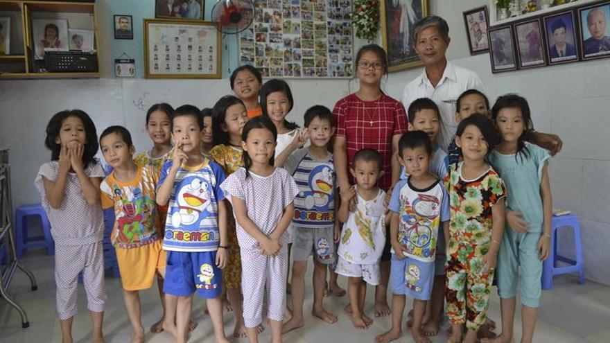 El vietnamita que acoge madres y bebés en su casa para evitar abortos