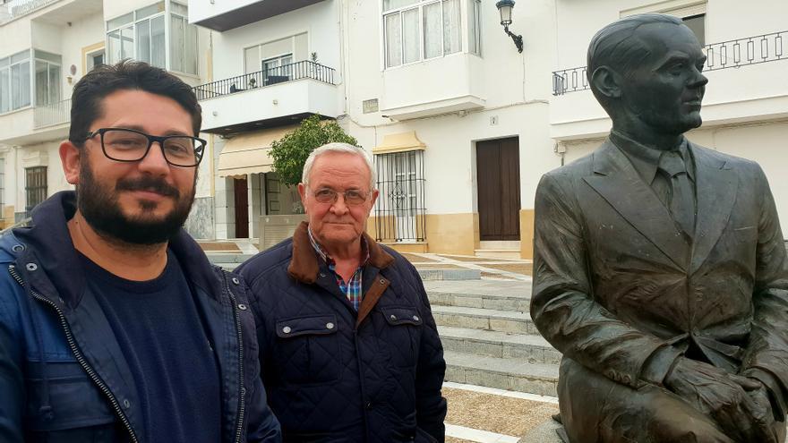 El alcalde de Trebujena, Jorge Rodríguez, y el ex concejal de la primera corporación, José Ruiz, junto a la estatua de Lorca en el pueblo.