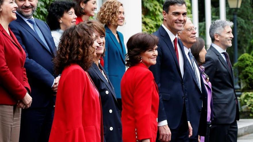 Sánchez y sus ministros posan en Moncloa para la foto de familia del Gobierno