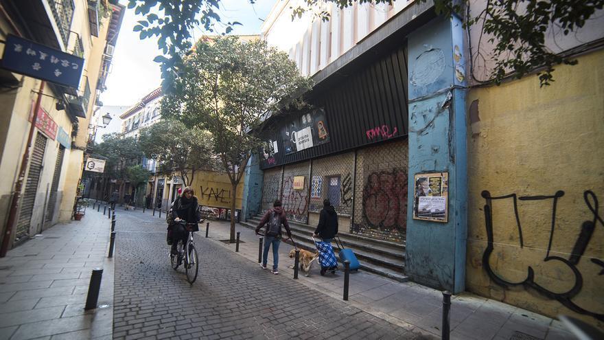 Entrada principal del antiguo Cine Odeón, en la calle Encomienda, y donde se están construyendo un albergue. / Fernando Sánchez