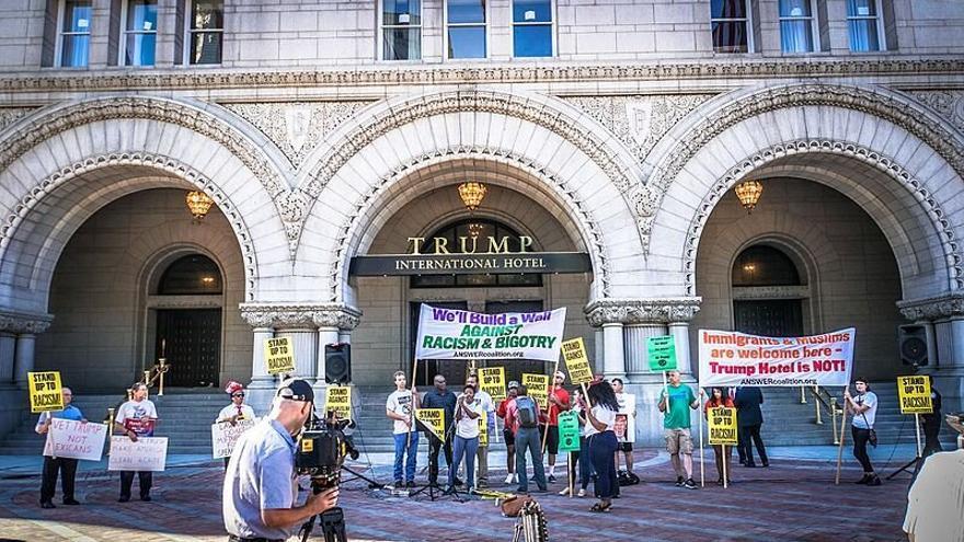 Una protesta delante del Hotel Trump en 2016.