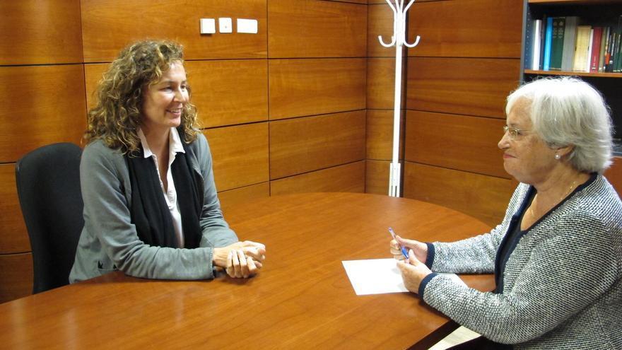 Ornella Chacón, consejera de Obras Públicas y Transportes del Gobierno de Canarias, y María Victoria Hernández. diputada de La Palma por el PSOE.