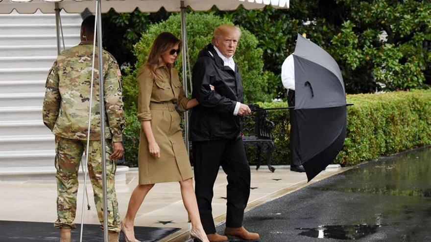 Trump visita a las víctimas de Harvey en Texas y se ensalza ante la respuesta al desastre