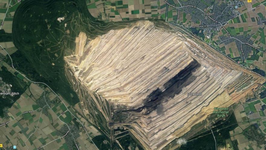 Imagen de cómo la mina de carbón de RWE ha ido arrebatándole terreno al bosque de Hambach.