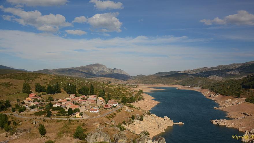 El pueblo de Alba de los Cardaños junto al Embalse de Campo Redondo, en la Montaña palentina. Miguel Ángel García