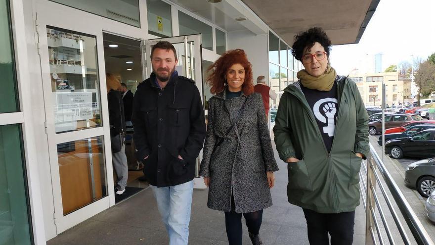 Los ex dirigentes de Podemos a la salida de los juzgados después de suspenderse la vista oral. | R.V.