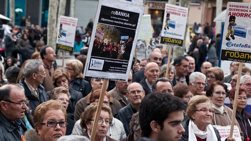 Afectados por las preferentes en Mataró. / Carles Palacio