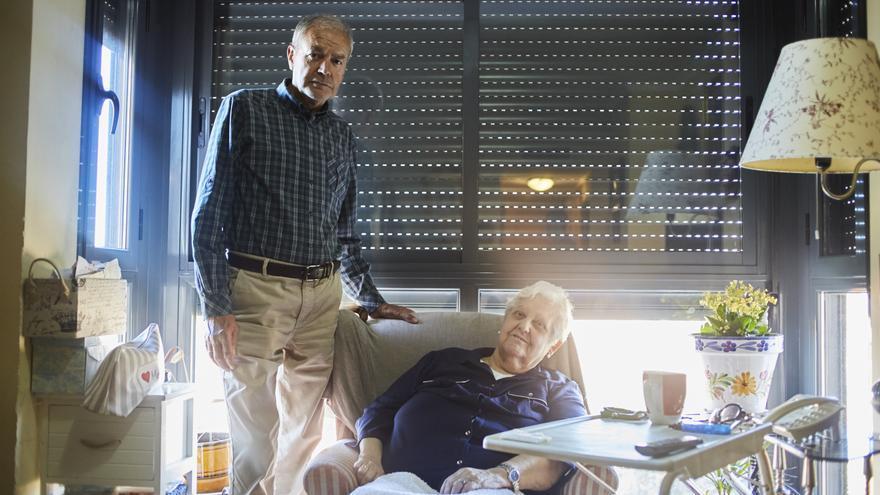 Ángel Izquierdo, uno de los voluntarios de la ONG Grandes Amigos, con Ana Rodríguez