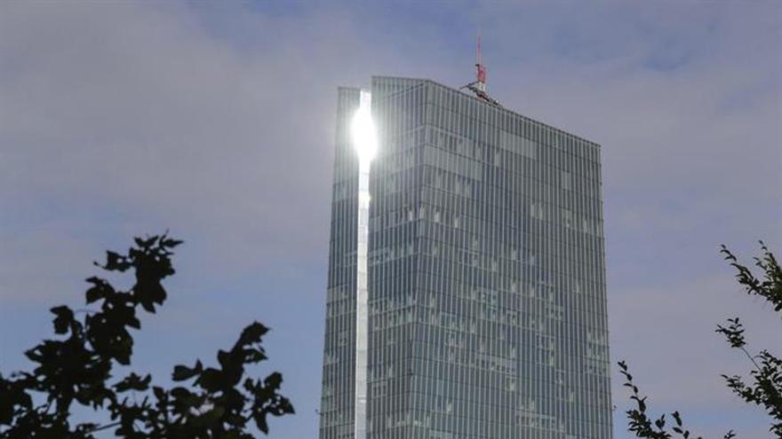 El BCE pide fusiones, mejor transfronterizas, para reducir el número de bancos