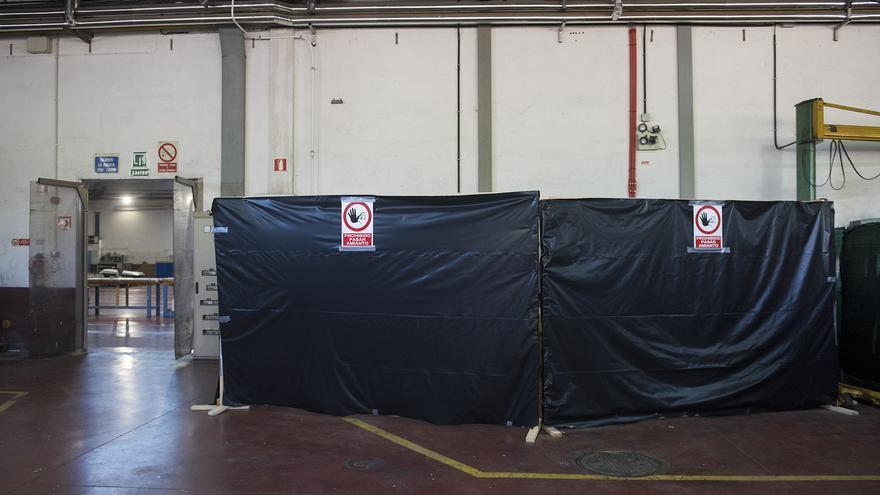 Espacio reservado para piezas con amianto antes de ser recogidas por la empresa especializada. / Fernando Sánchez