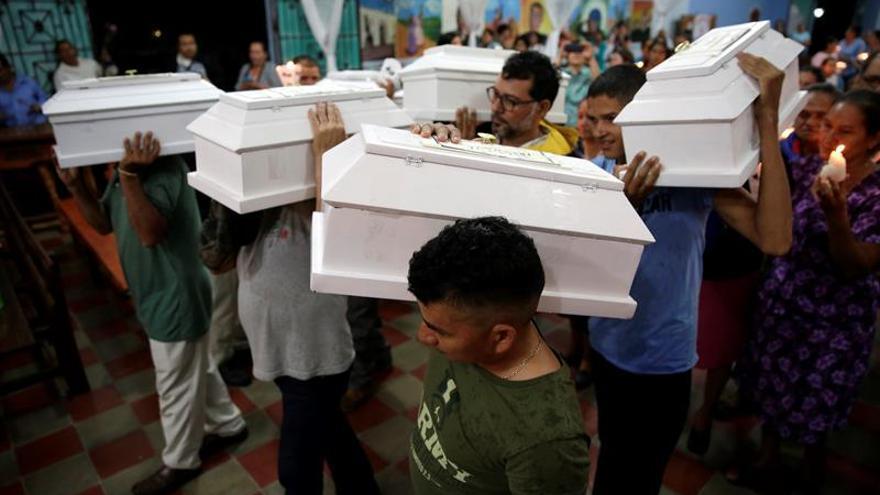El Salvador entrega los restos de 6 niños asesinados por el Ejército en la guerra civil