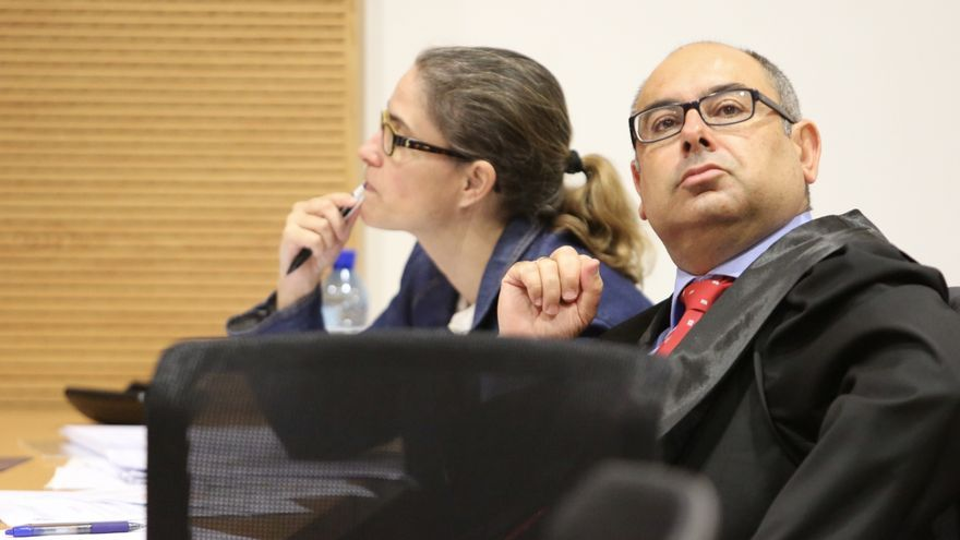 Víctor García de Bordallo, junto a Mónica Quintana, en una sesión del juicio del caso Eólico.(ALEJANDRO RAMOS)