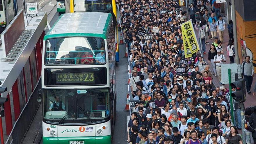 """Miles de hongkoneses dicen no a la """"intrusión"""" de Pekín en su Parlamento"""