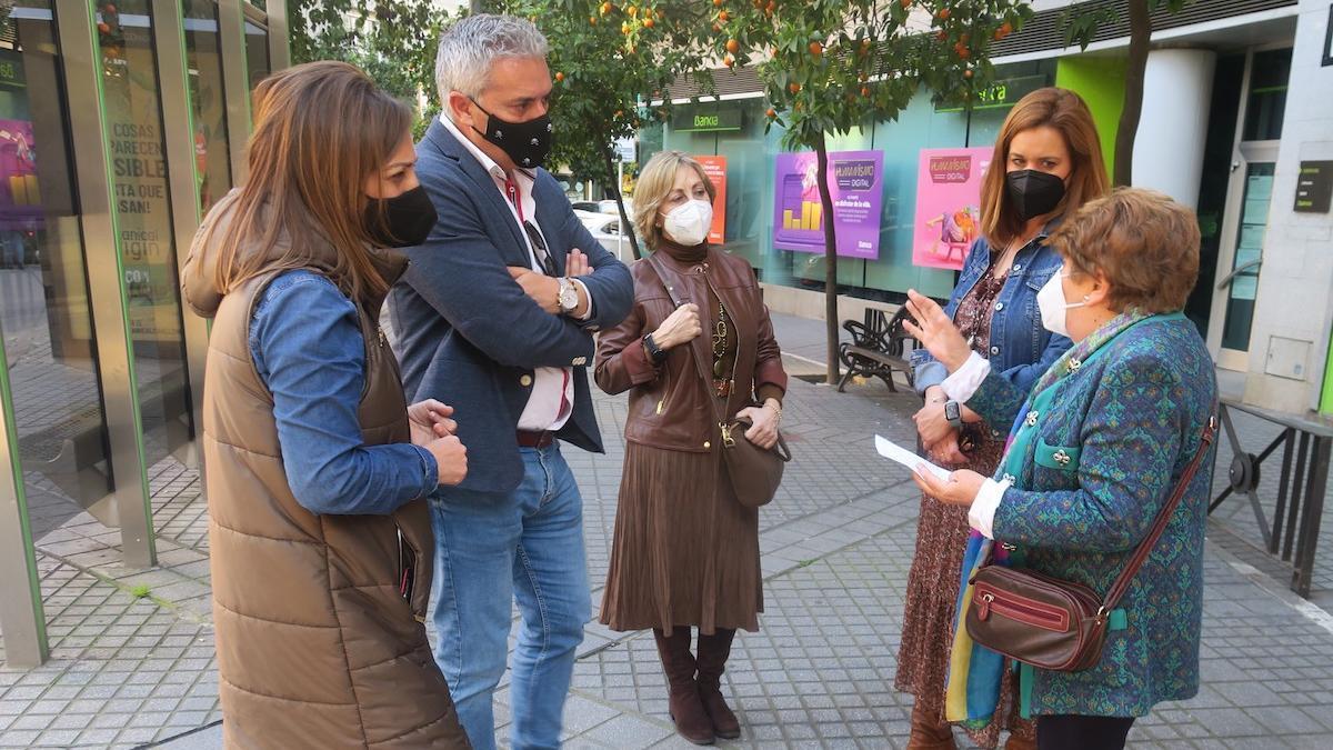Isabel Ambrosio se reúne con vecinos y comerciantes de Ciudad Jardín.