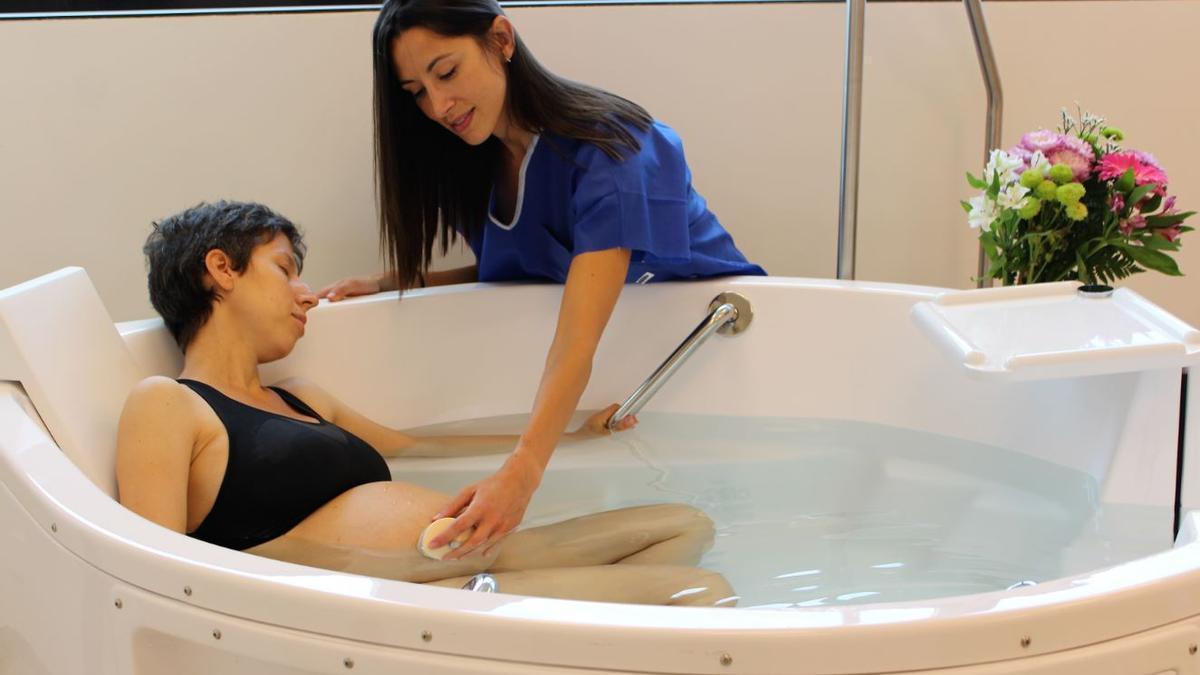 Mujer embarazada en una bañera de hidroterapia del Hospital Universitario General de Villalba.