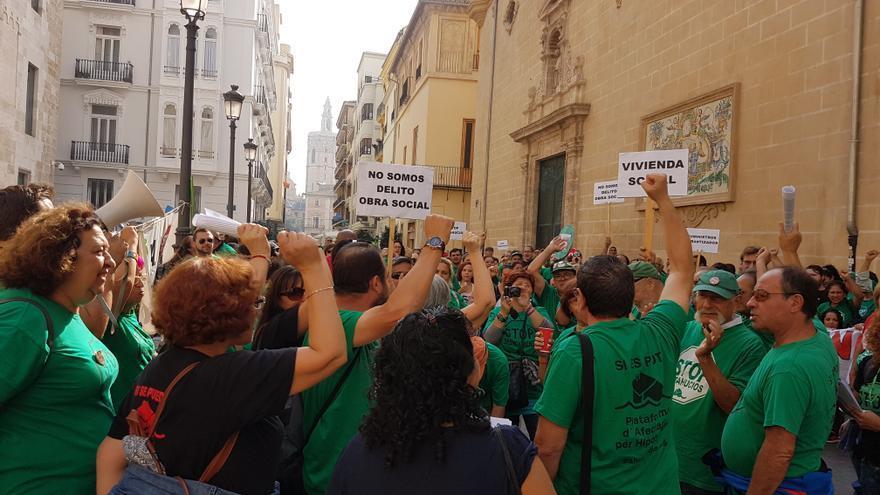 Miembros de distintas agrupaciones valencianas de la PAH se concentran frente a les Corts
