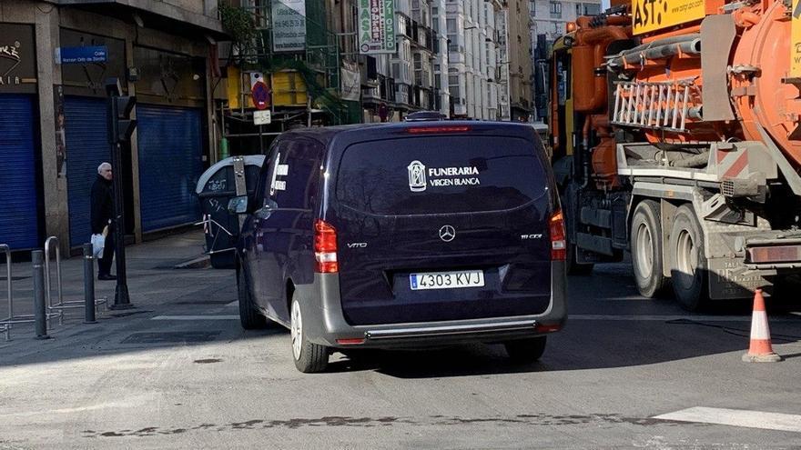 Un coche fúnebre, en el centro de Vitoria