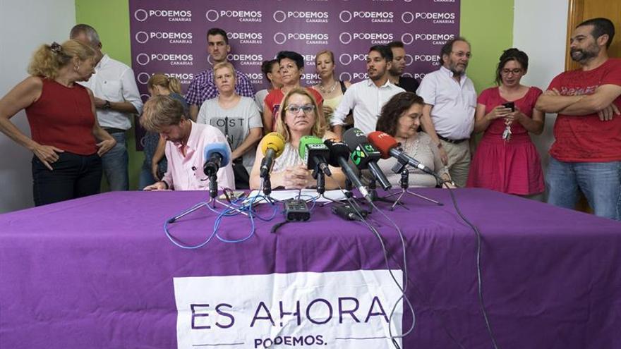 """La secretaria general de Podemos en Canarias, Meri Pita (c), durante la rueda de prensa ofrecida hoy en la que ha dicho que la dirección de esta formación política acepta las discrepancias que existen entre sus bases respecto a cómo ha organizado el partido las primarias para elegir a sus candidatos a las generales, pero ha llamado a sus simpatizantes a participar de """"forma masiva"""" en ellas. EFE/Ángel Medina G."""