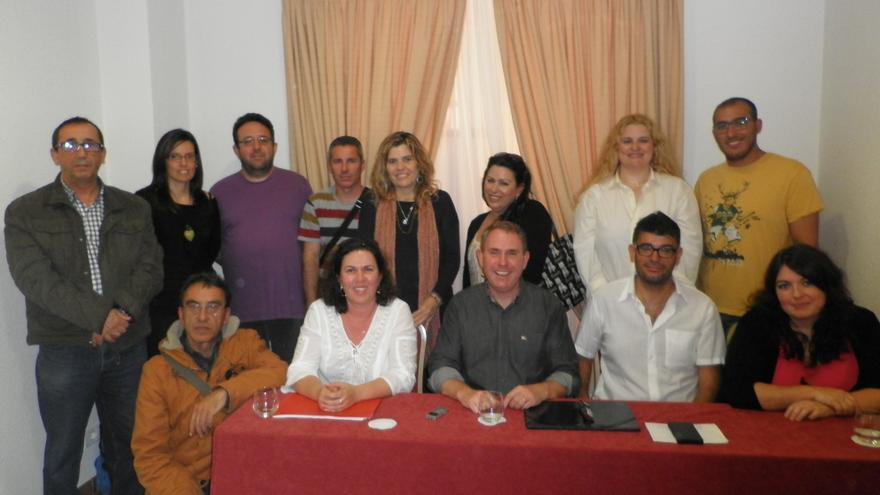 Fernando Sabaté (c) rodeado por algunos de sus compañeros de la candidatura de Podemos al Cabildo de Tenerife.