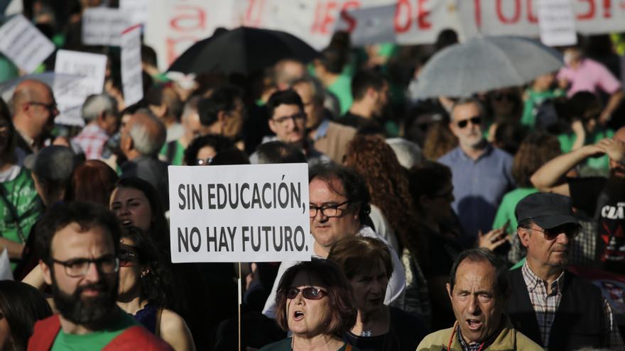 Manifestantes en la concentración en favor de la enseñanza pública en Madrid / OLMO CALVO