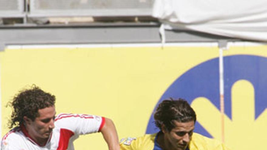 Pablo Sánchez, defendido por un jugador del Rayo, durante el partido del pasado 13 de junio. (QUIQUE CURBELO)