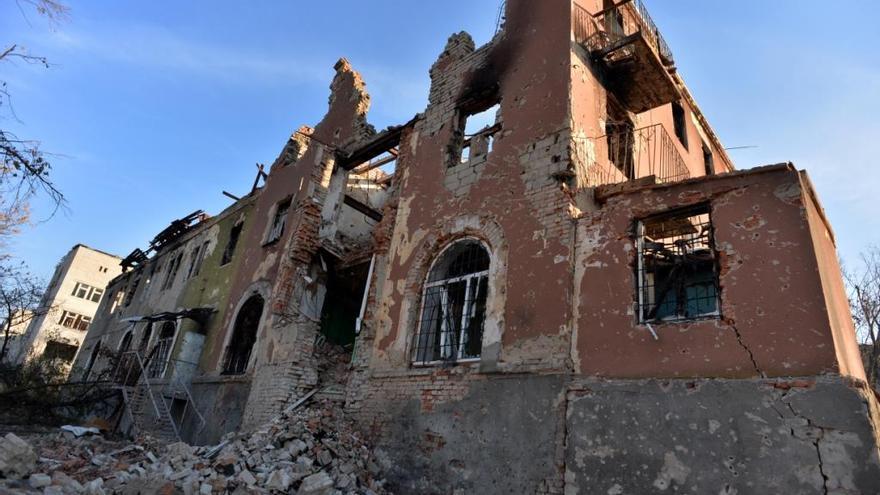 Los hospitales han sufrido daños o han resultado totalmente destruidos durante el conflicto, privando a la población de atención médica en el momento en que más lo necesitan. El hospital psiquiátrico de la imagen,  situado a las afueras de Slavyansk, región de Donetsk, fue evacuado cuando se acercaron y se intensificaron los combates. Quedó totalmente destruido durante los enfrentamientos cuando una de las partes estableció en el edificio su base de operaciones.  Fotografía: Julie Rémy / MSF