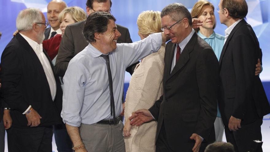 El presidente de la Comunidad de Madrid, Ignacio González (2-i), y el ministro de Justicia, Alberto Ruiz-Gallardón, durante el mitin de cierre de la campaña del Partido Popular para las elecciones europeas. EFE/Alberto Martín