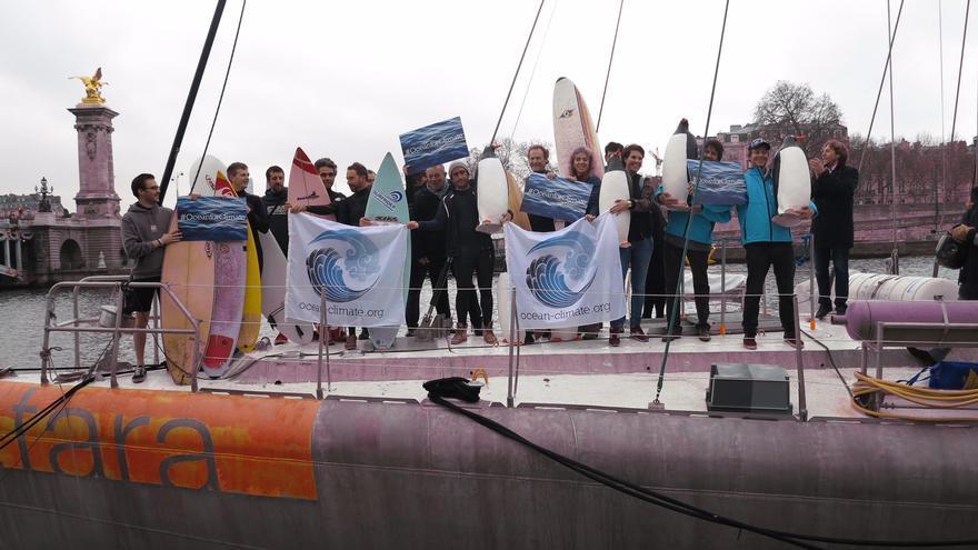 La orilla del río Sena acogió a primera hora de este domingo un acto organizado por tres de las más destacadas organizaciones independientes dedicadas en Europa a la lucha contra el cambio climático.