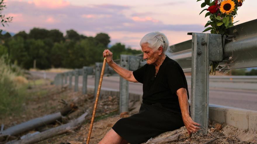 María junto a la cuneta donde fusilaron a su madre cuando ella solo tenía 6 años