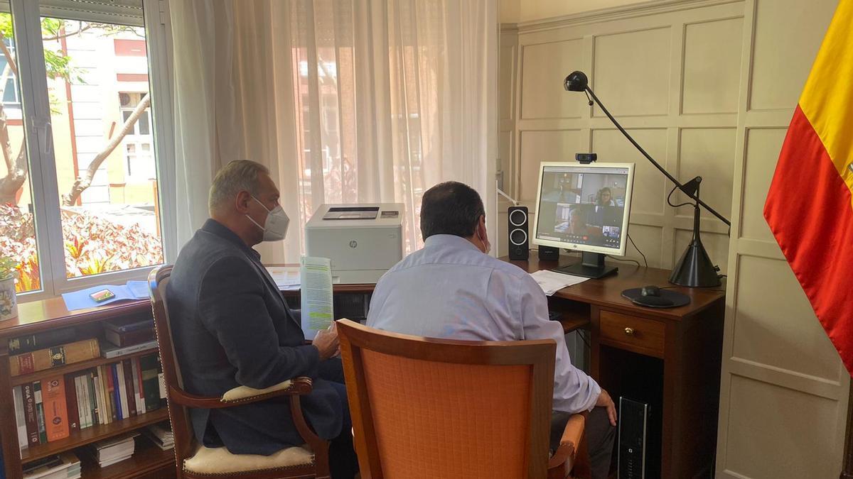 Momento de la reunión entre Sanidad, la FECAM y el Cabildo de Tenerife este martes