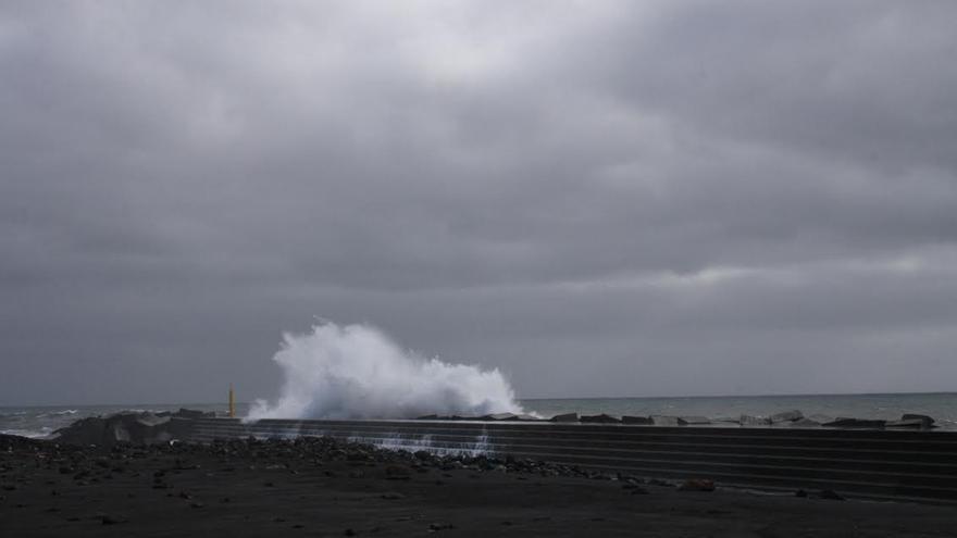 En la imagen, una gran ola bate contra el dique norte de la playa de la capital.