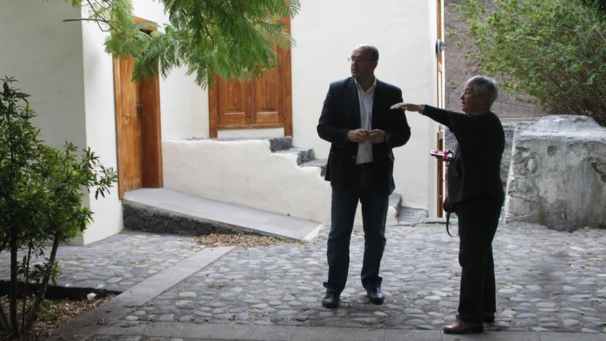 En la imagen, el presidente del Cabildo, Anselmo Pestana, y la consejera insular Cultura, María Victoria Hernández, en el Santuario de las Angustias en Los Llanos.